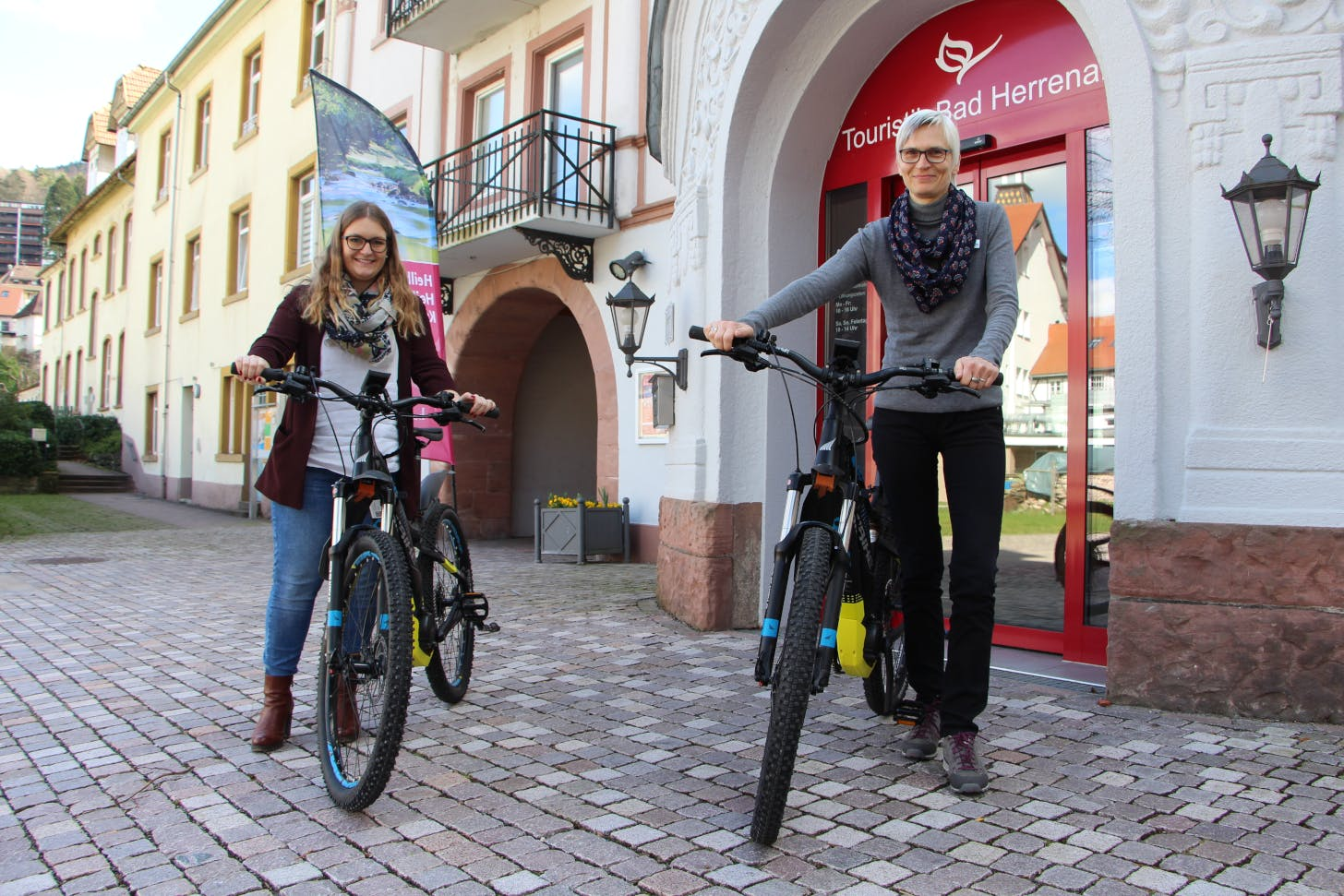 Der Frühling kann kommen: Julia Riegger (links) und Astrid von der Heide mit den neuen Pedelec-Mountainbikes der Tourist-Info Bad Herrenalb. ©Tourismus und Stadtmarketing Bad Herrenalb